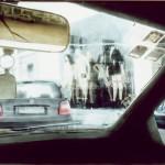 Η ΒΙΤΡΙΝΑ ΜΕ ΤΙΣ ΚΟΥΚΛΕΣ Μικτή τεχνική σε πλέξιγκλας, 110 x 151 εκ., 1998